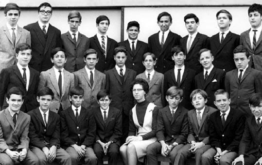 Soeur Antoinette Melanson et ses étudiants au Collège San Carlos, Bogota, Colombie (1960).