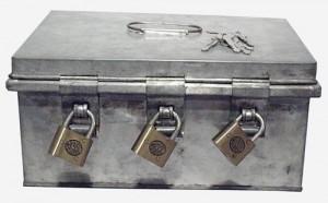 Coffre-fort à trois clés différentes ayant servi à mettre de l'argent ou autres objets importants. Les trois soeurs dépositaires des clés devaient être présentes pour l'ouvrir. Chaque couvent en possédait un, avant l'accès facile aux banques.