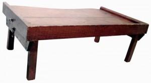 Table de lit pour plateau à l'usage des soeurs à l'infirmerie de la Maison mère à Saint-Joseph. Conservée par la Société historique de la Vallée de Memramcook de 1970 à 1988.