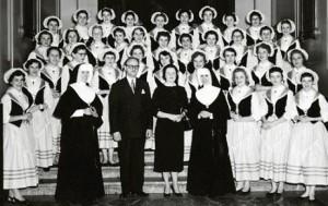 Soeur M.-Adolphine et la chorale NDA à Montréal en 1955.