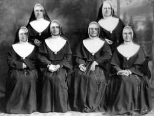 Le premier Conseil général des Religieuses NDSC.Assises, de gauche à droite : mères M.-Andréa, M.-Thérèse, Marie-Anneet M.-Rosalie; debout : mères M.-Céline et M.-Julie.