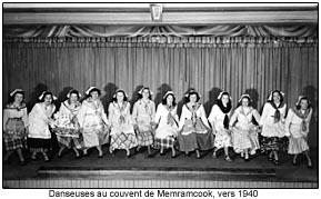 Danseuses au couvent de Memramcook, vers 1940.