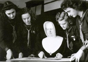 Première classe de Belles-Lettres, septembre 1943.De gauche à droite : Alphonsine Desprès, Édithe Robichaud, soeur M.-Jeanne-de-Valois (professeure), Thérèse Savoie et Antoinette Léger.