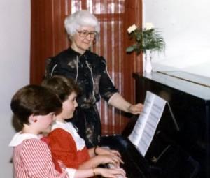 Soeur Jeannette Brun donnant une leçon de piano.