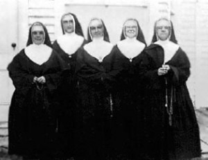 Soeurs enseignantes vers 1925.De gauche à droite : soeurs M.-Théodora, M.-Angéline,M.-Julienne, M.-Jeanne-de-Valois et Maria.