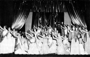 Une scène de la pièce Esther de Racine jouée au Collège NDA : Les choeurs. Rôle d'Esther joué par Noëlla Savoie.