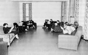 Le salon des collégiennes au Collège NDA dans les années 1950.