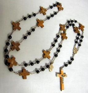 Chemin de croix en forme de chapelet.
