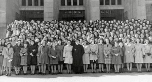 Environ 200 élèves en visite à la Cathédrale N.-D.-de-l'Assomption, 1943.