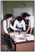 Soeur Jeanette Dubé et deux de ces étudiants à la Polyvalente de Bathurst (1985)