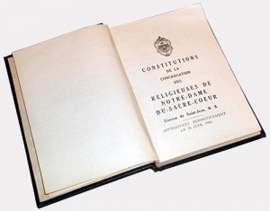 Constitution de la Congrégation des Religieuses de Notre-Dame-du-Sacré-Coeur, Diocèce de Saint-Jean, N.-B. Approuvées définitivement le 16 juin 1936. Écrit par Mère Marie-Anne.