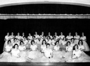 La chorale Notre-Dame d'Acadie de 1956-1957 sur le théatre de l'auditorium.
