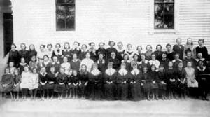 Une cinquantaine de pensionnaires et quatre soeurs de la Charitévers 1916.