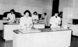 Classe en sciences familiales, 1949-1950. De gauche à droite, première rangée : Edith Richard et Bertha Landry. Deuxième rangée : Pierrette Nadeau, Thérèse LeBlanc et Anne Godbout.
