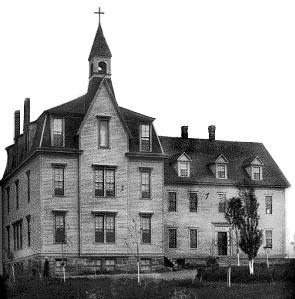 Couvent-école des SCIC : section de 1873 à droite et agrandissement de 1884 à gauche.(C. E. Northrup Photo, Moncton)