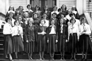 Élèves du cours classique en 1948-1949 avec les soeurs M.-Dorothée et M.-Juliette.