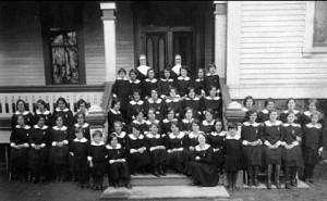 Élèves lors du 50e anniversaire du couvent en 1930.