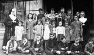 Sr M.-Isabelle et Sr Anne-M. Colette avec des enfants de la Maison St-Vincent-de-Paul.