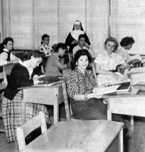 Classe d'Hispano-américaines. Près de la fenêtre, soeur Marie-Immaculata, leur professeur d'anglais.