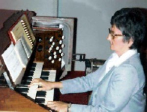 Soeur Majella LeBlanc à l'orgue à Saint-Jean.