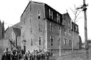 École avec élèves des SCIC, rue Wesley, près de l'église Saint-Bernard.Tiré de Moncton, the City of Opportunity (1915)