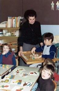 Soeur Adèle Morin avec sa classe d'enfants handicapés.