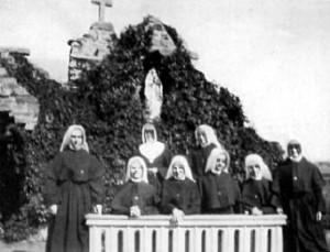 Les sept premières novices et mère Hélène, maîtresse des novices.
