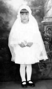 Yvette LeBlanc de Shédiac, préparéeà sa 1re communion par soeurM.-Gabriella en 1929.