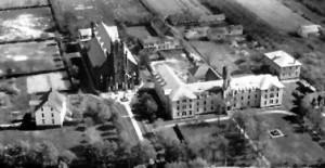 Photo aérienne du couvent de Shédiac à gauche d'Hospice Providence vers 1931.