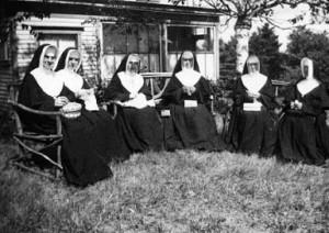 Soeurs à Sackville, septembre 1937.De gauche à droite : soeurs Jean-Berchmans, M.-Albertine,M.-de-Lourdes, M.-Cécile, M.-Alma et M.-Angélique.