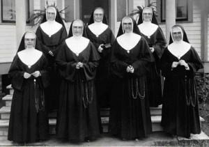 Soeurs en Louisiane en 1932-1933.1re rangée : Soeurs M.-Lorette, M.-Paulina, M.-Dolorès et M.-Élizabeth2e rangée : Soeurs M.-Géraldine, M.-Albina (supérieure) et M.-Jeanne-Françoise