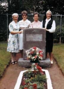 Soeurs du couvent Suzanne Cyr de Saint-Jean entourant la tombe de mère Marie-Anne, 14 août 1984.